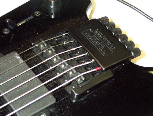 Nietypowy mostek występujący głównie w gitarach marki Steinberger, który pełni funkcję stroików.