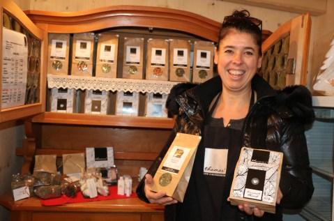 Sylvia Hofer verkauft exklusive Kaffees und Tees aus der Kaffee- und Genussmanufaktur Hofer, Telfs. Foto: Knut Kuckel
