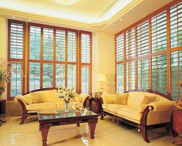 Obloane de lemn Acoperire geamuri inalte la living