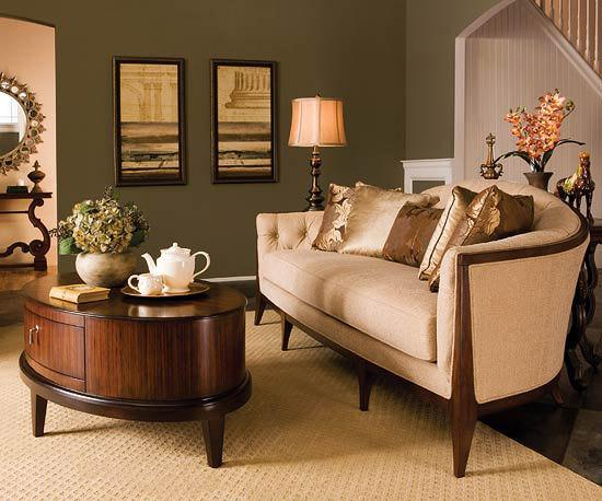 Sofa sub scari cu masuta de cafea rotunda