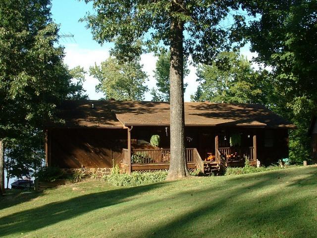 Casa din lemn pe margine de lac