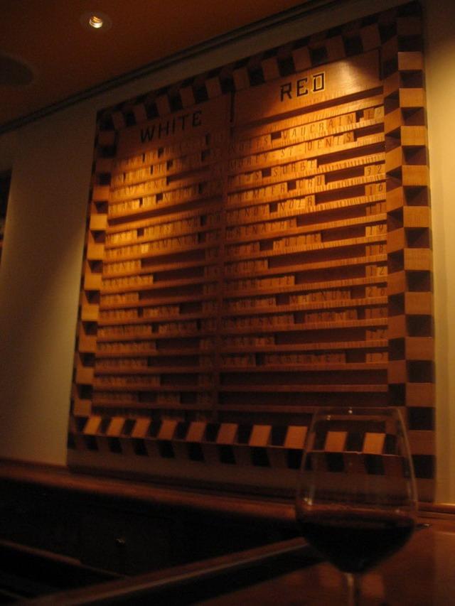 Scrabble cu meniul de vinuri - albe la stanga, rosii la dreapta