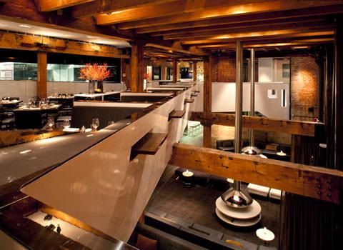 Restaurant cu amenajare din barne de stejar si caramida aparenta