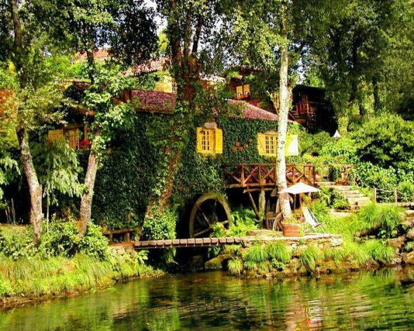 Casa pe malul apei