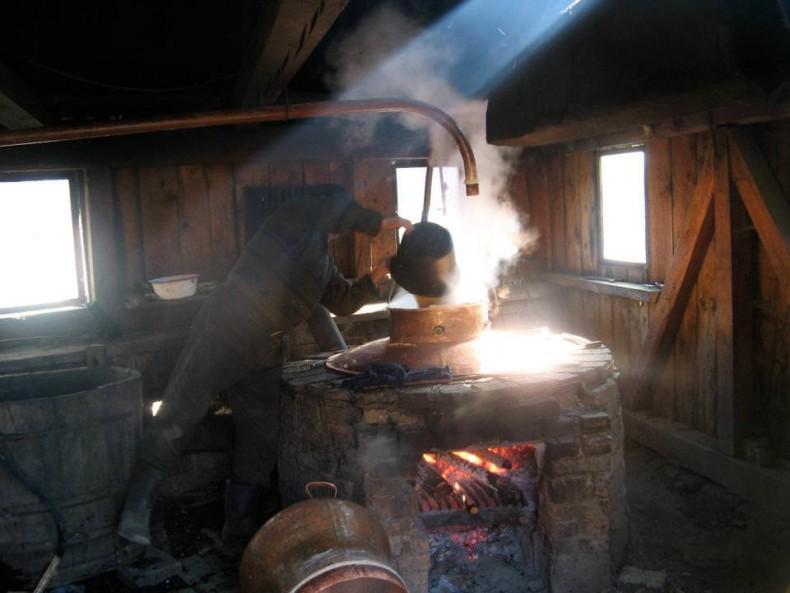 Cazan de tuica - acolo se fierbe de-a doua, pont pentru olteni