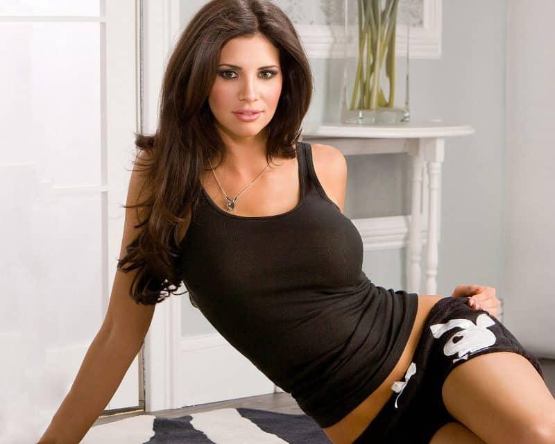 Model Playboy cu decor masuta de perete in vopsea de ulei alb