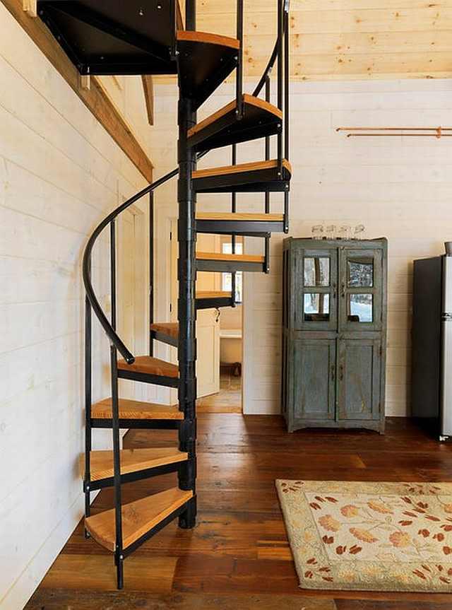 scara interioara din metal cu trepte de lemn