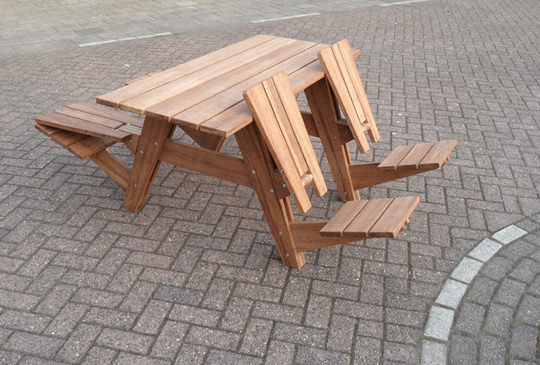 "<img src=""https://i2.wp.com/www.stejarmasiv.ro/wp-content/uploads/2013/03/masa-de-picnic-din-lemn-cu-spatarele-invers.jpg?resize=540%2C365&ssl=1"" alt=""bancă picnic"" />"