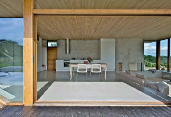 "<a href=""https://i2.wp.com/www.stejarmasiv.ro/wp-content/uploads/2013/03/masa-de-sticla-din-livingul-deschis-al-casei.jpg?resize=554%2C380&ssl=1"" alt=""casa de lemn""></a>"
