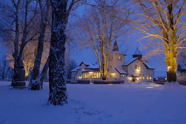 "<img src=""https://i2.wp.com/www.stejarmasiv.ro/wp-content/uploads/2013/04/Vedere-de-hotel-iarna.jpg?resize=640%2C425&ssl=1"" alt=""hotel"" />"