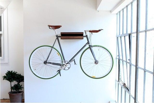 bicicleta atarnata pe perete