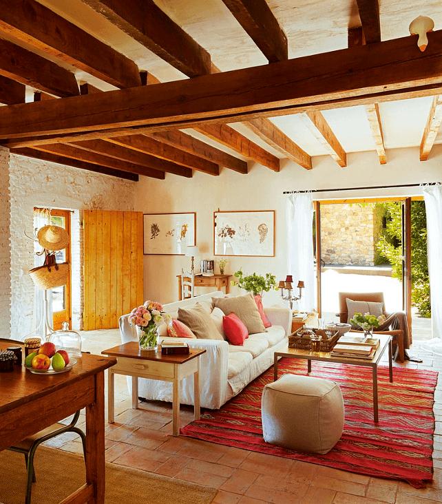 living room cu grinzi de lemn