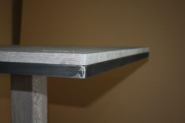 "<img src=""https://i2.wp.com/www.stejarmasiv.ro/wp-content/uploads/2013/07/detaliu-in-coltul-blatului-cu-lemn-masiv-si-rama-metalica.jpg?resize=640%2C427"" alt=""mese de bar"">"
