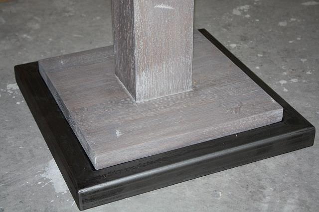 "<img src=""https://i2.wp.com/www.stejarmasiv.ro/wp-content/uploads/2013/07/detaliu-rama-de-metal-la-piciorul-mesei.jpg?resize=640%2C427"" alt=""mese de bar"">"