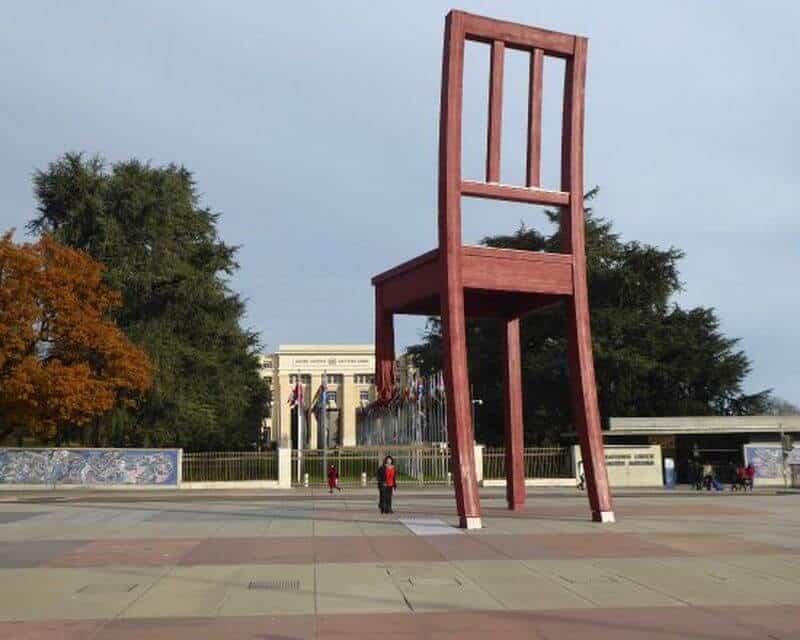 scaunul distrus