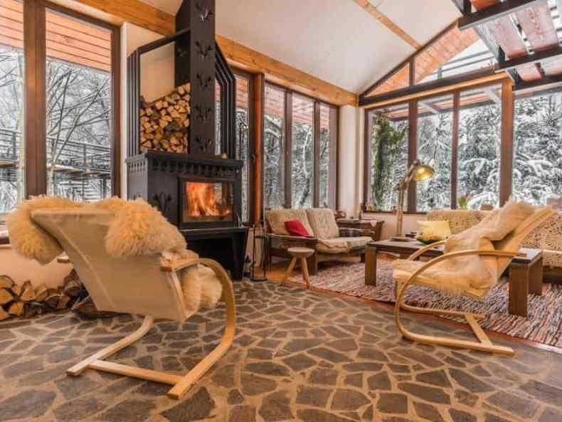 interior de cabana cu foc în semineu - Cum fac focul