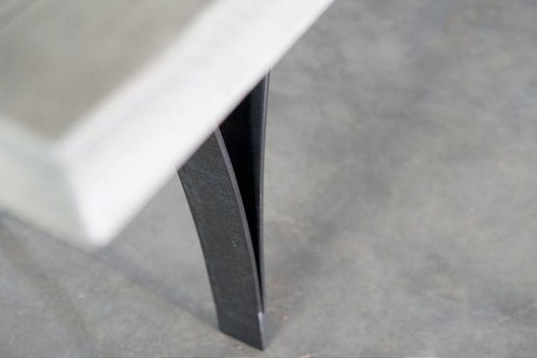 detaliu picior metalic