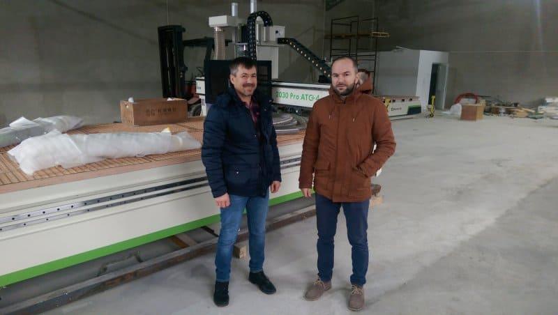 doi mesteri si un CNC