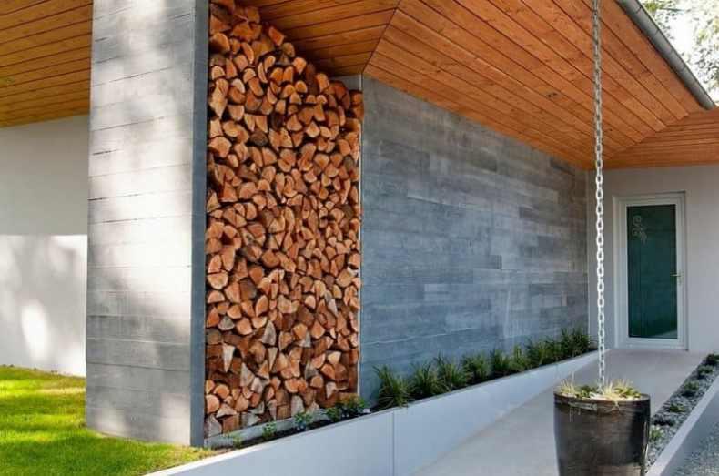 stiva de lemne pentru foc în planul casei