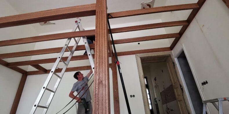 structură din stejar masiv camera cu tavan inalt