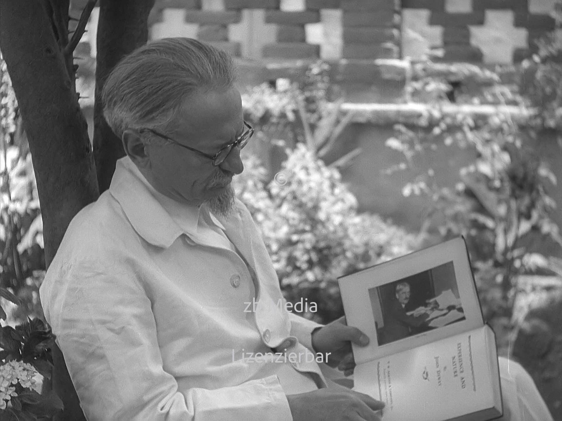 Leo Trotzki liest John Dewey