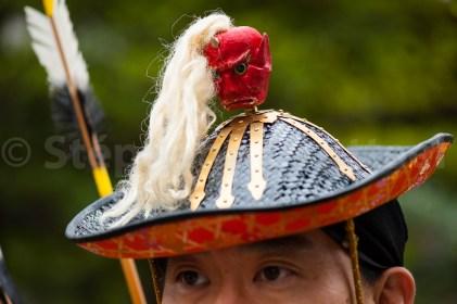 La tenue du Yabusame comporte un obligatoirement un chapeau typique. Ce qui le distingue d'une autre forme de tir à cheval dont la cible est le chapeau justement. L'archer revet aussi le kimono traditionnel des samouraï, une protection pectorale, un enrouleur de corde et une paire de sabres.