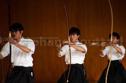 L'archer ne tire que 2 flèches par volée en respectant le lent rituel. En examen les 2 flèches ne sont pas tirées consécutivement. Bien que ne faisant pas partie des 8 phases du tir, la mise en place de la flèche est tout aussi empreinte de solennelité.