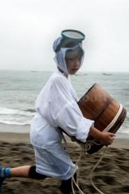 Jeune fille habillée en Ama avec Iso oke -Shirongo matsuri