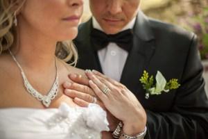 Bagues de mariage avec couple nouvellement marié