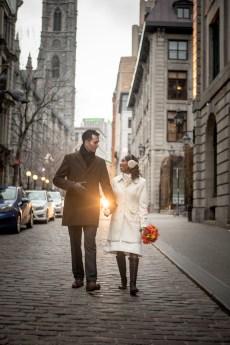 Forfaits et tarifs photographe mariage montreal couple qui marche dans vieux-montreal