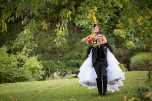 Couple de jeunes mariés à Orford dans les Cantons de l'Est par le photographe de mariage à Montréal, sur la Rive-Sud ou Rive-Nord - Stéphane Lemieux
