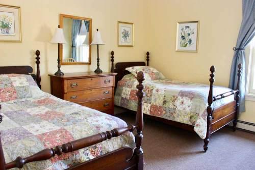 Mansfield House twin bedroom 5 | Sterling Ridge Log Cabin Resort