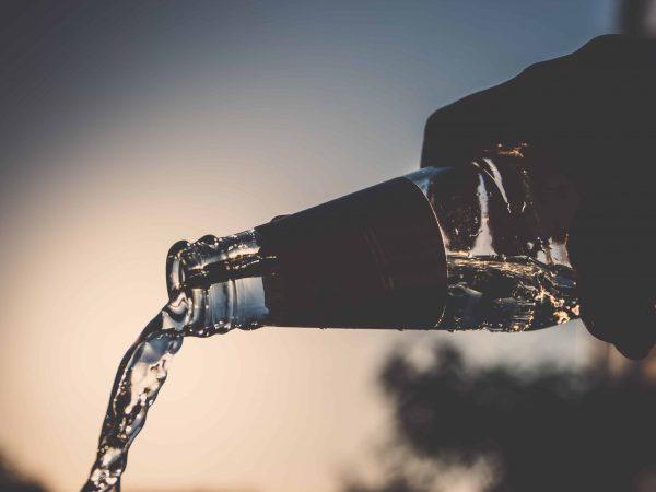 Glasflaschen eignen sich oft besser als Plastikflaschen, da sie länger halten und den Geschmack nicht verfälschen. (Bildquelle: unsplash.com / Benjamin Voros)