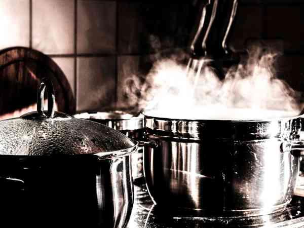 Normale Kochtöpfe verlieren beim Zubereiten von Speisen extrem viel Flüssigkeit in Form von Dampf. Schnellkochtöpfe hingegen werden beim Kochvorgang luft- und wasserdicht verschlossen, was zu einer schnelleren Garzeit und des Erhaltens von mehr Geschmack führt.  Quelle: Pixabay.com