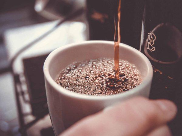 Viele Menschen lieben Kaffee, aber jeder hat seine eigenen Geschmacksvorlieben. Achte beim Kauf deshalb darauf, dass deine Kaffeemaschine auf deine Präferenzen ausgerichtet ist. (Bidlquelle: unsplash.com / John Schnobrich)