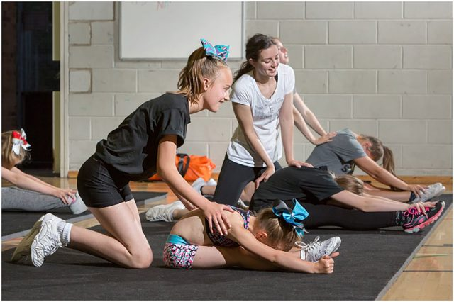 warriors cheerleaders group stretch