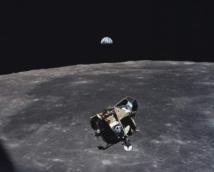 الفضاء، القمر، الكرة الأرضية