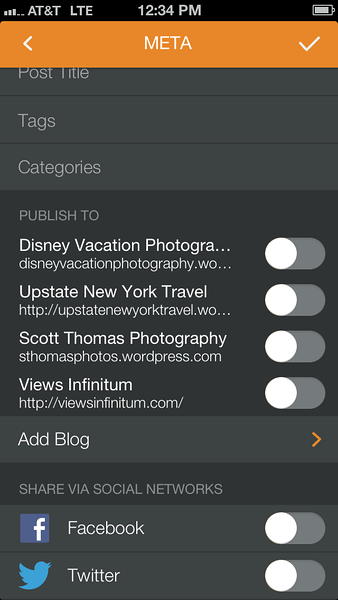Pressgram's Facebook and Twitter selection screen.