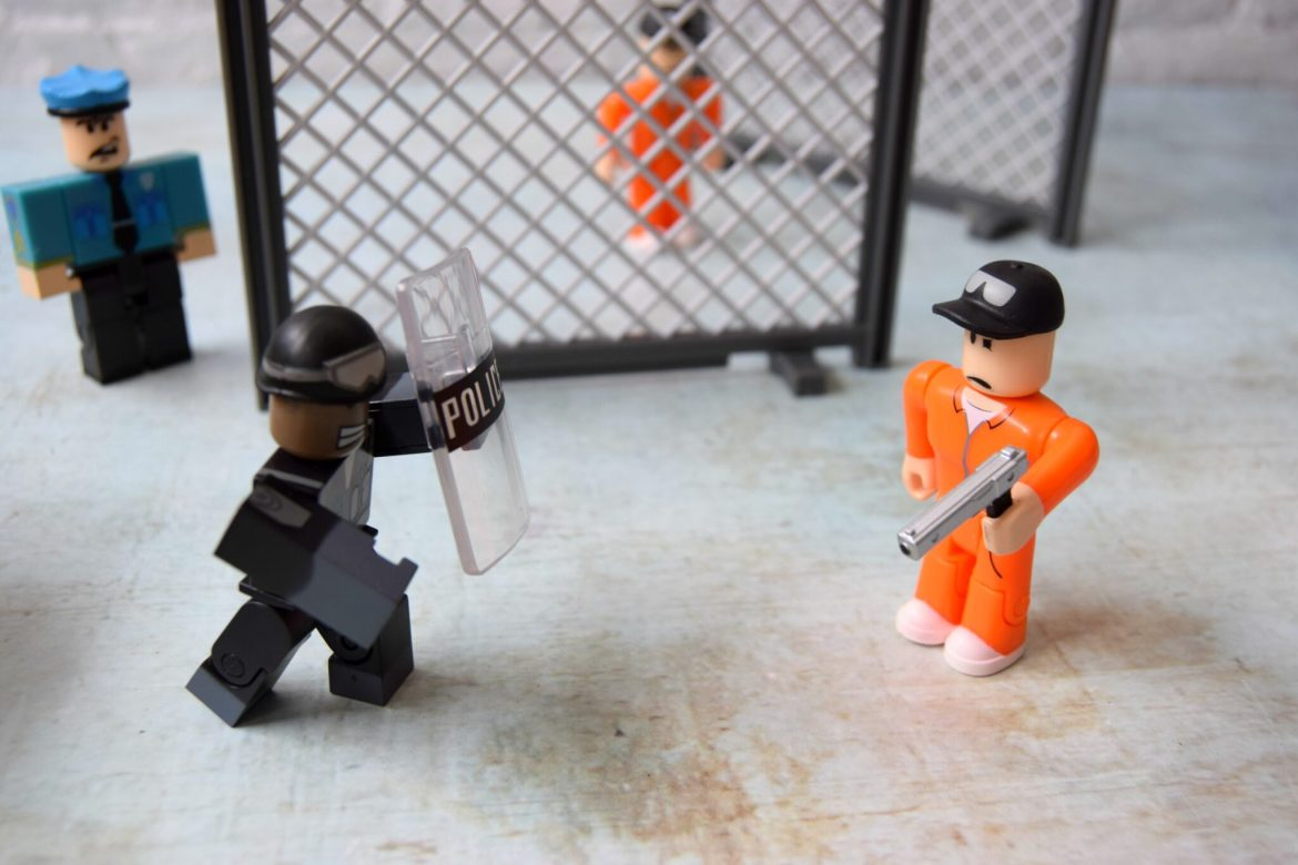 Roblox series 5 toys. Cops and robbers figures