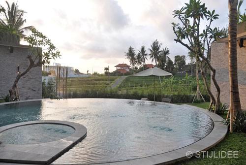 zwembad met uitzicht op rijstvelden in bali na STIJLIDEE Interieuradvies en Styling