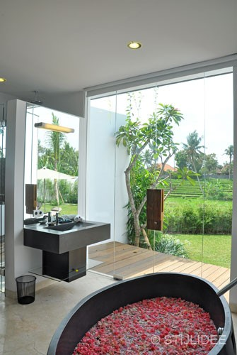slaapkamer in moderne glamour stijl op Bali na STIJLIDEE Interieuradvies en Styling