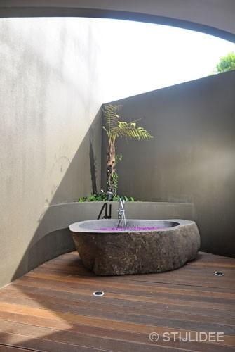 badkamer op buitenterras op bali na STIJLIDEE Interieuradvies en Styling