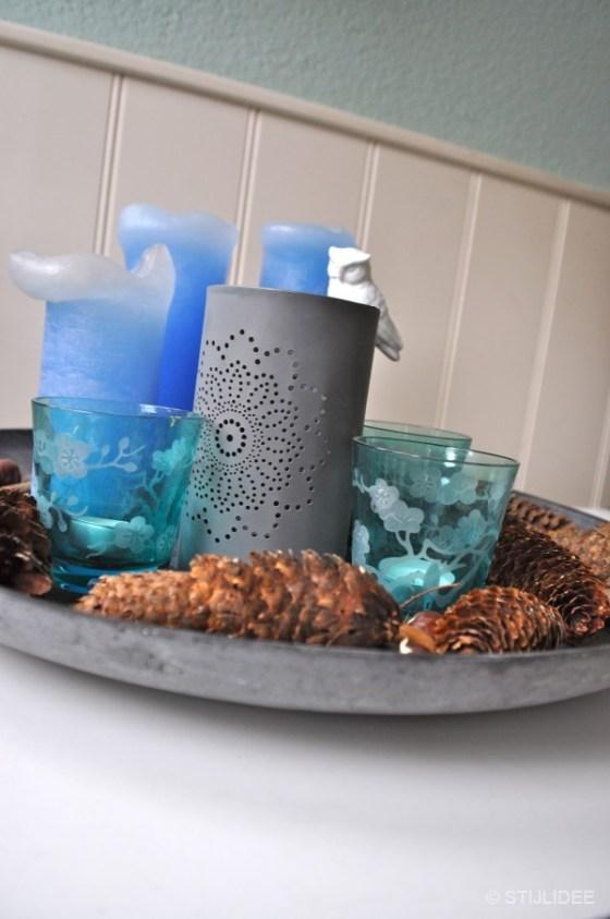Styling met kaarsen en waxinelichten op een grijze schaal na STIJLIDEE Interieuradvies en Styling
