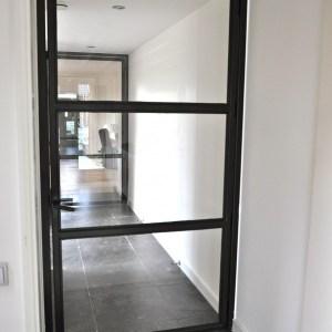 Binnendeur met glas en mat zwart stalen kozijnen