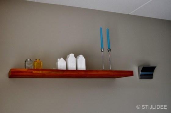 wandplank in eetkamer na STIJLIDEE's interieuradvies, kleuradvies en styling