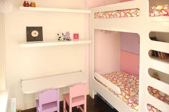 Binnenkijken in u2026 een roze paarse meisjeskamer met stapelbed en kast