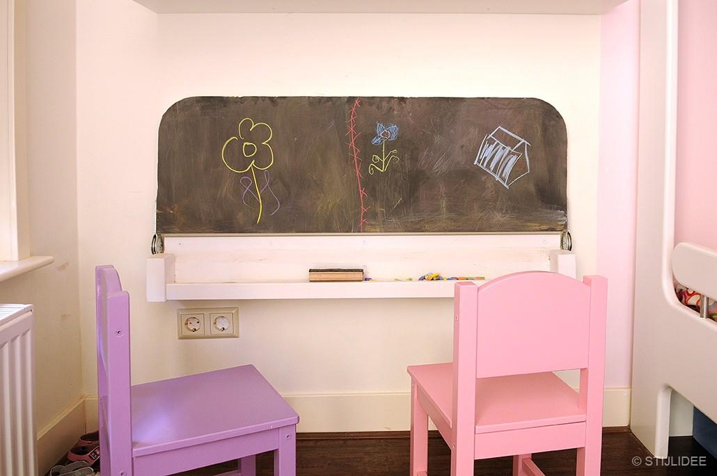 Binnenkijken in u een roze paarse meisjeskamer met stapelbed en