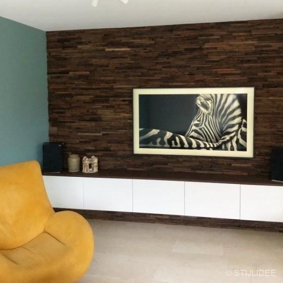 Binnenkijken in een woonkamer met stoere houten wandpanelen in Nieuwerkerk aan den IJssel na STIJLIDEE Interieuradvies en Kleuradvies