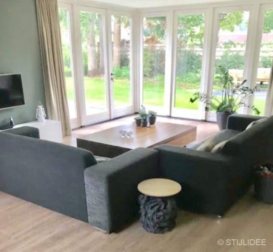 Binnenkijken in ... een woonkamer met lichte hoekbank in Bennekom | voor STIJLIDEE Interieuradvies, Kleuradvies en Styling