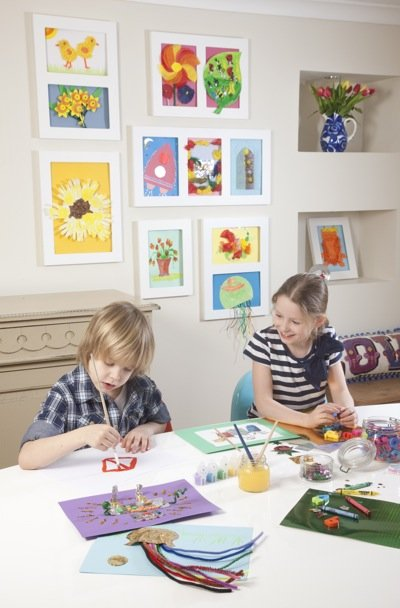 Kinderen met kinderkunst lijsten en The Articulate Gallary Frame.